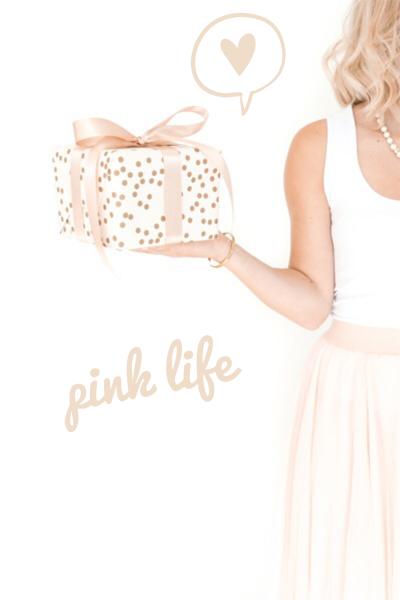 ragazza con pacco regalo rose gold - festa della donna - pink life